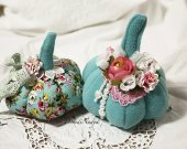 Shabby chic Halloween fabric pumpkins. Aquamarine stoffed pumpkins with flowers and laces.