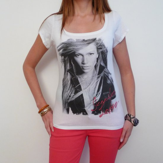 Jennifer Lopez: pretty t-shirt, celebrity picture