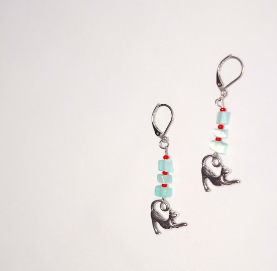 Handmade cat earrings, cyan green cat™s eye chips, red seed beas, stretching cat charm