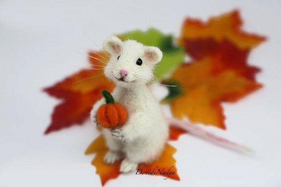 Needle felted animals white mouse with miniature pumpkin. Wool mouse fall ornament. Halloween gift.