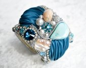 Handmade blue bracelet with natural pearls, mother of pearl and silk shibori ribbon