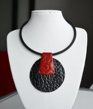 Stylish pendant choker made of leather with a rubber cord